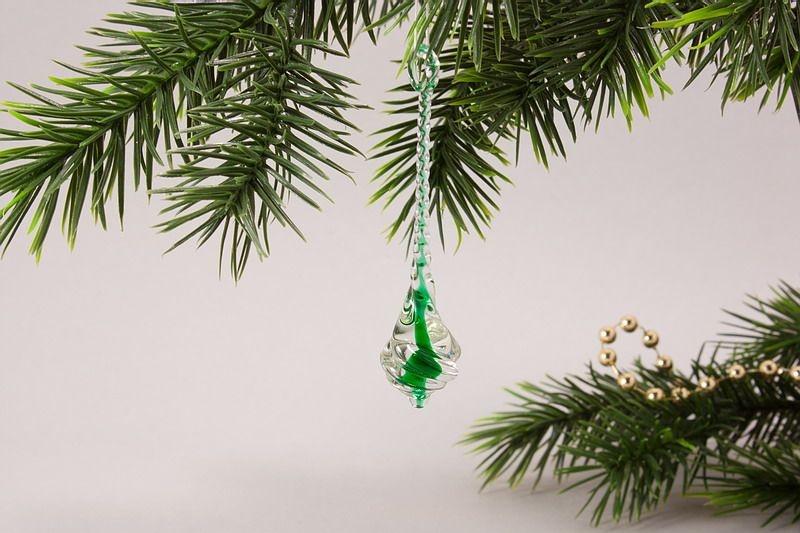 Glastropfen ca. 8 cm x 2 cm gedreht mit Farbkern grün