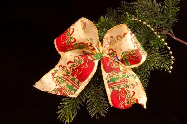 Christbaumschleife mit Geschenkmotiv