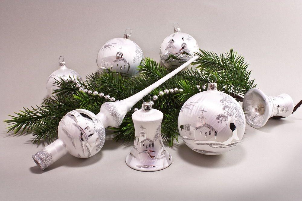 wei e weihnachtskugeln mit eislack und silberner landschaft handgemalt christbaumkugeln. Black Bedroom Furniture Sets. Home Design Ideas