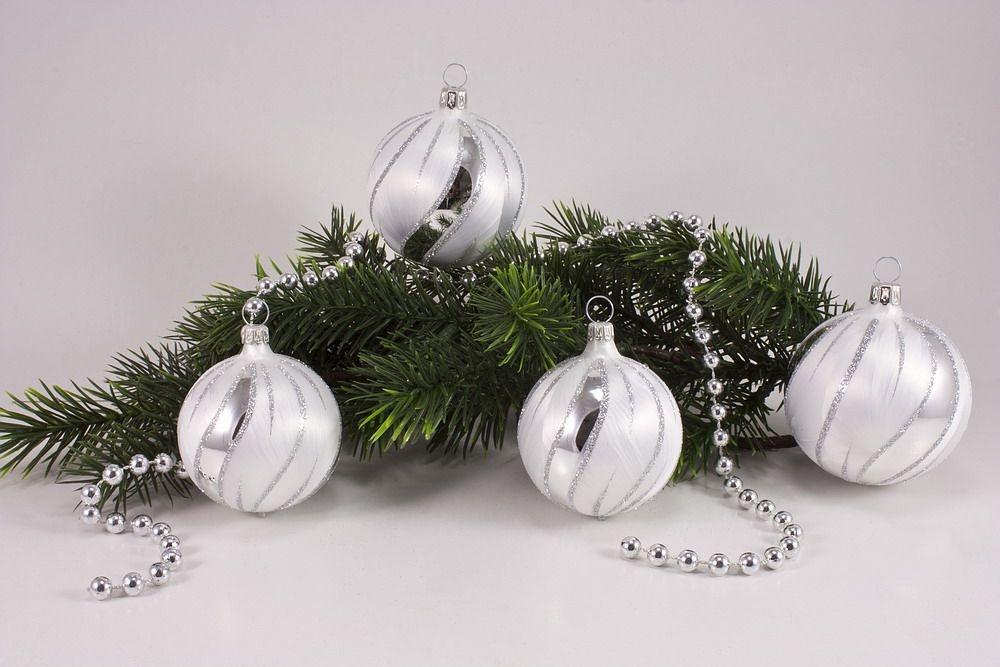 eis weiss silber christbaumkugeln christbaumschmuck und weihnachtskugeln aus glas. Black Bedroom Furniture Sets. Home Design Ideas