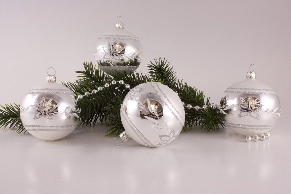 4 große Weihnachtskugeln 10cm Silber Glanz matt umrandet