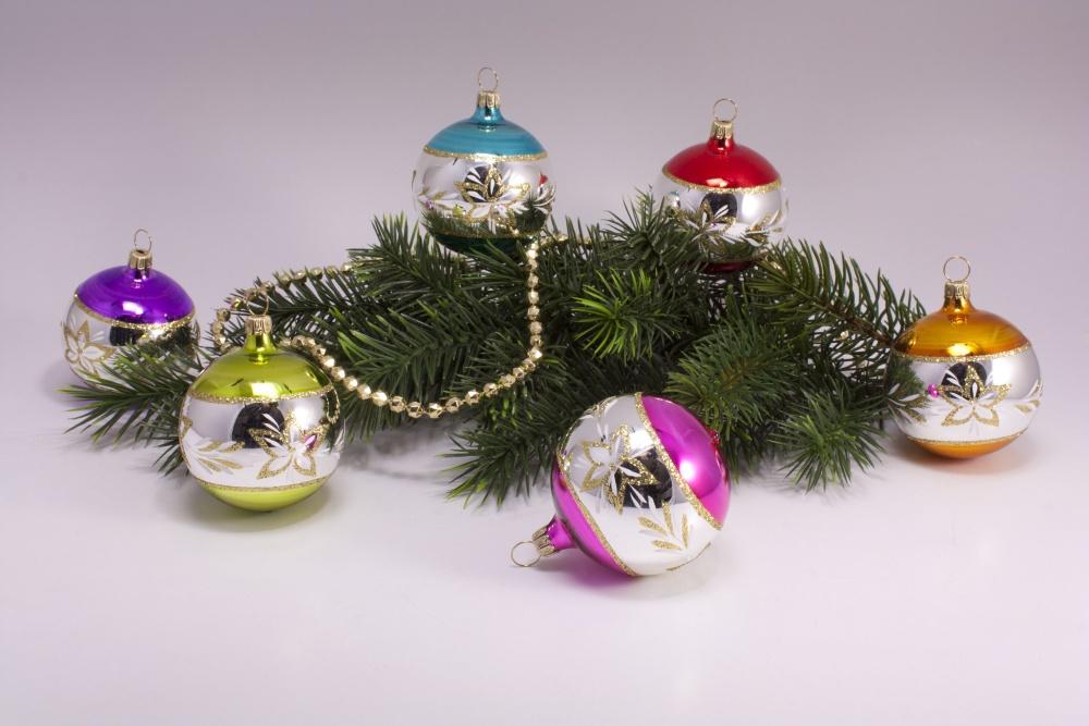 6 Weihnachtskugeln 8cm silbern mit Farbring