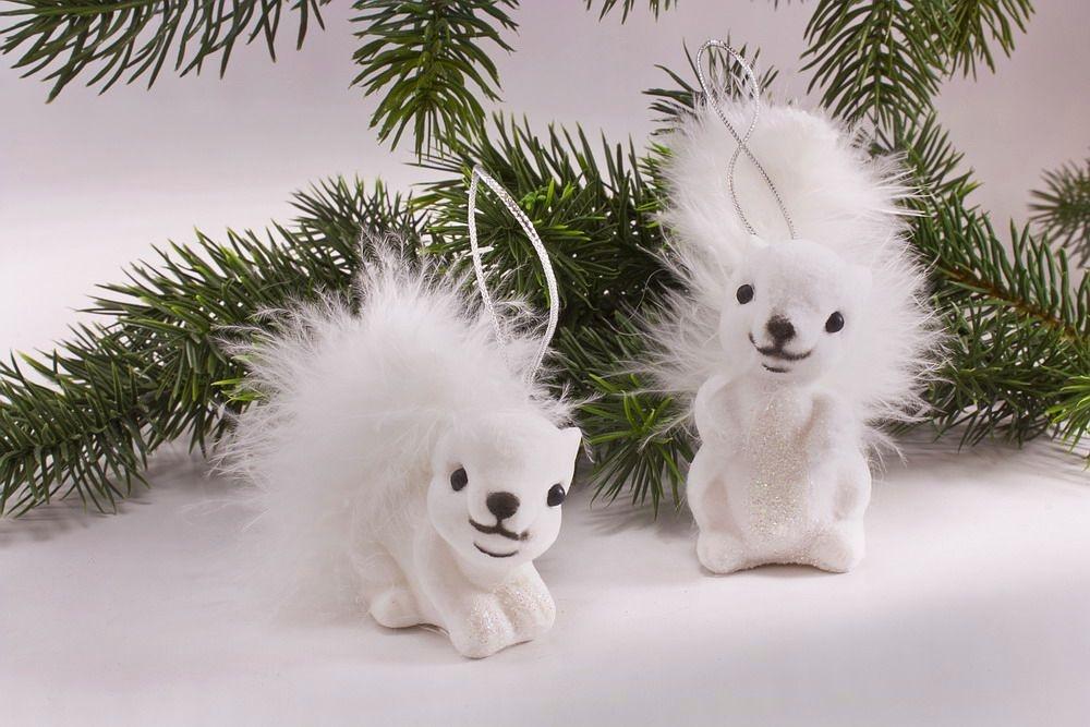 Zwei weiße Eichhörnchen zum hängen im Set