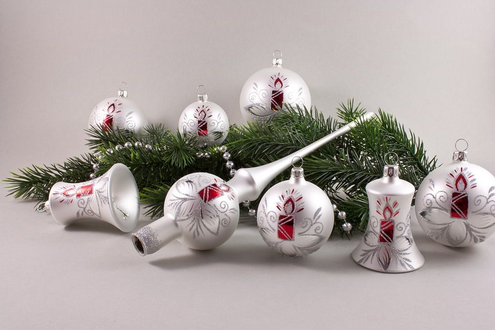 21 Weihnachtskugeln im Set  Weiß matt mit roter Kerze