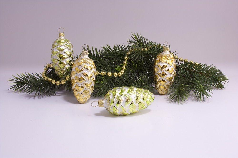 4 Tannenzapfen 6cm Eisweiss mit gold & grün