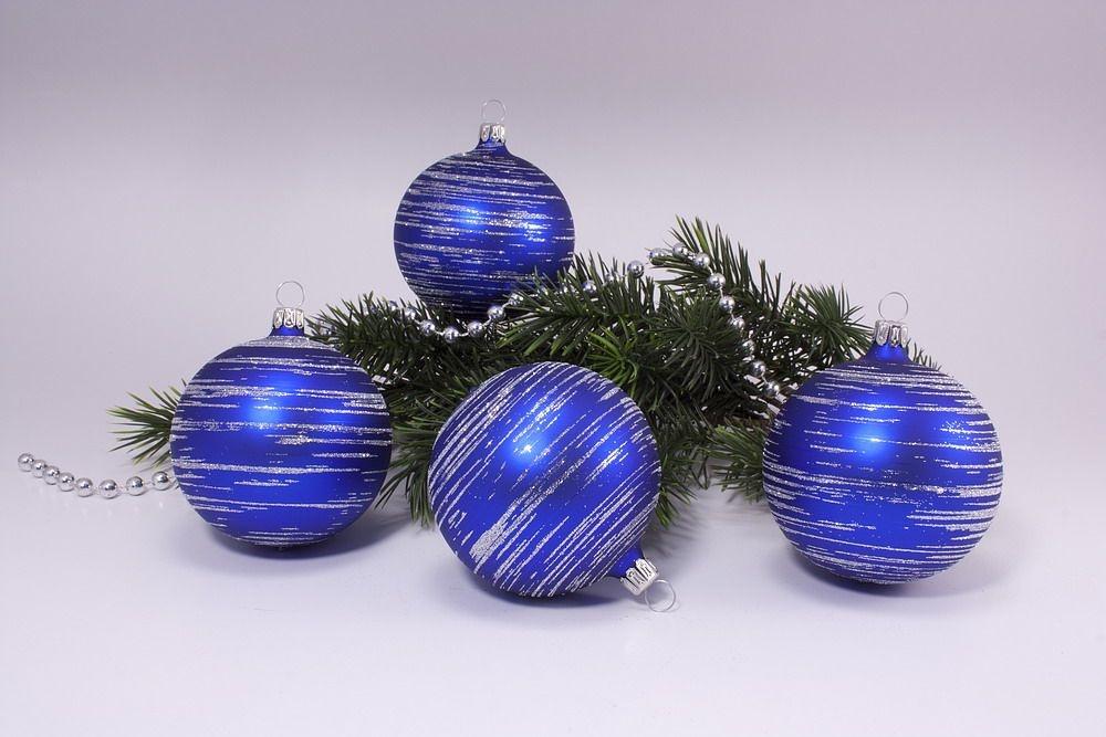 4 große Weihnachtskugeln 10cm blau matt silber geringelt