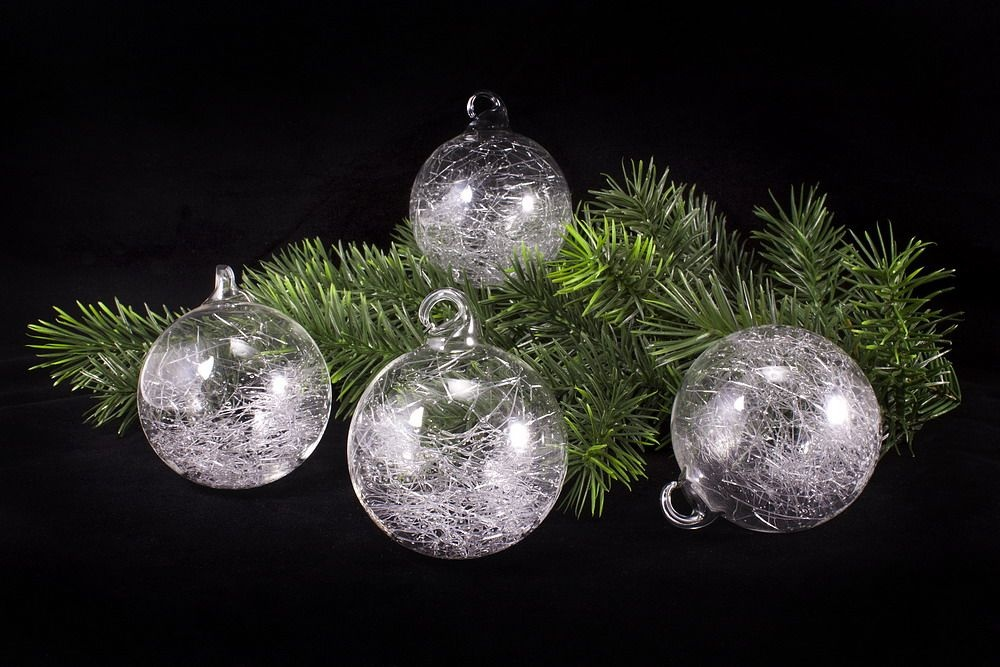 4 Schneeball-Kugeln aus Glas 6cm mit Schlaufe