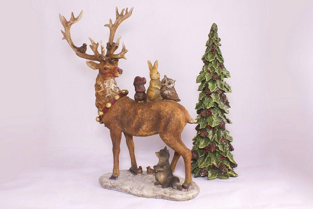 Prächtiger Hirsch / Rentier mit Tieren des Waldes
