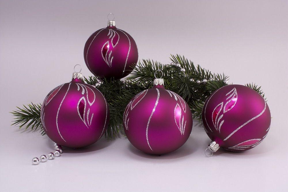 4 Weihnachtskugeln 6cm Magenta matt kleine Feder
