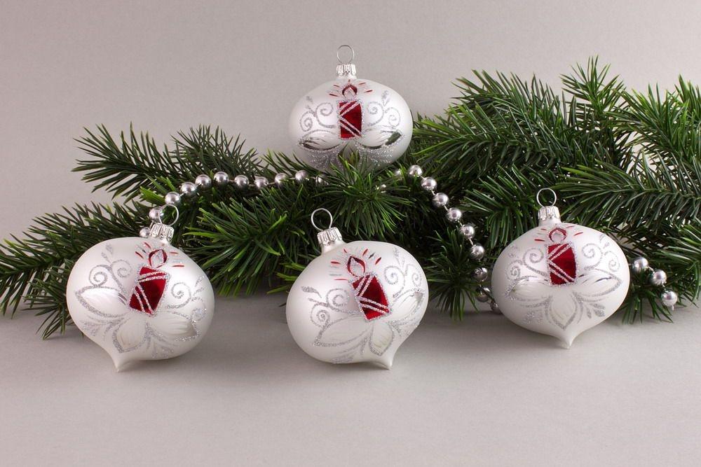 4 Zwiebeln Weiß matt mit roter Kerze