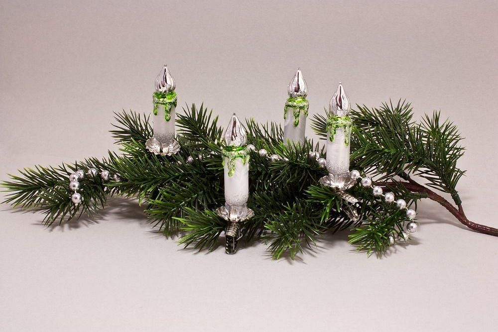 4 kleine Kerzen Eis-weiß mit grün