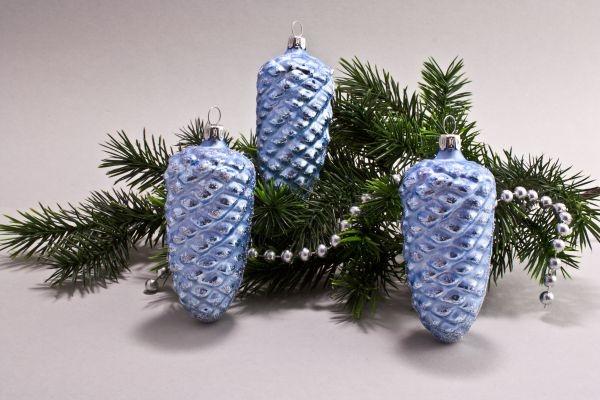 3 Tannenzapfen 10cm Eis-hellblau