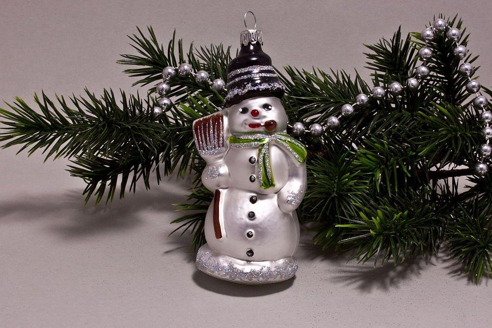 Schneemann mit Besen  weiß hellgrün