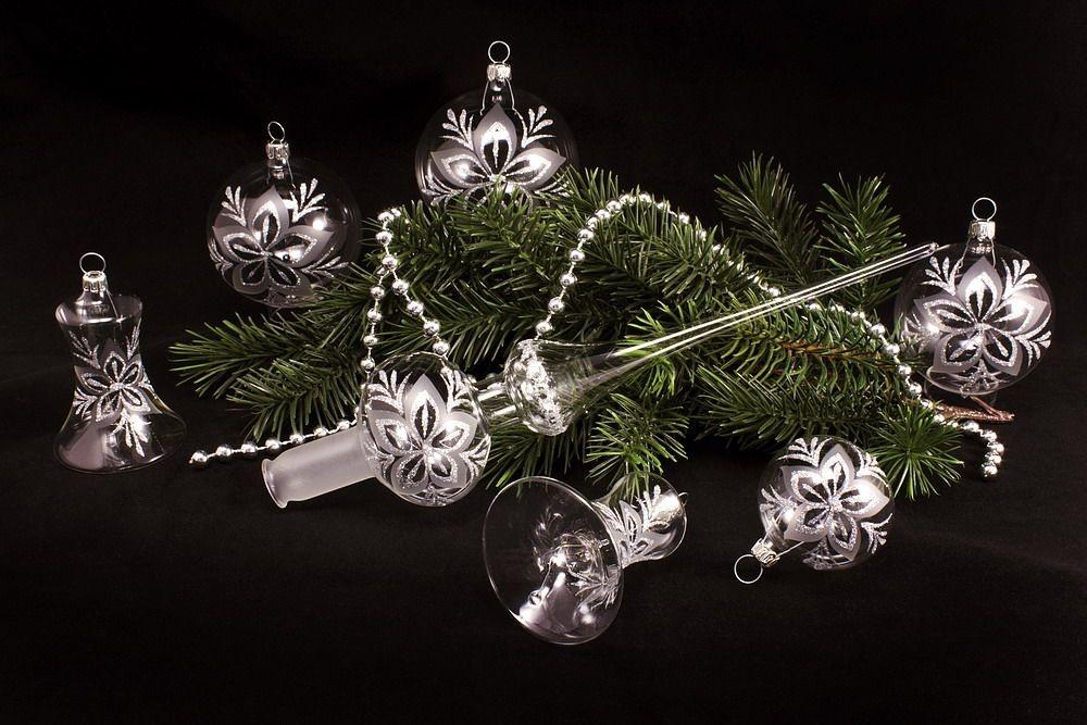 weihnachtsbaumkugeln glas klar silber mit christrose christbaumkugeln christbaumschmuck und. Black Bedroom Furniture Sets. Home Design Ideas