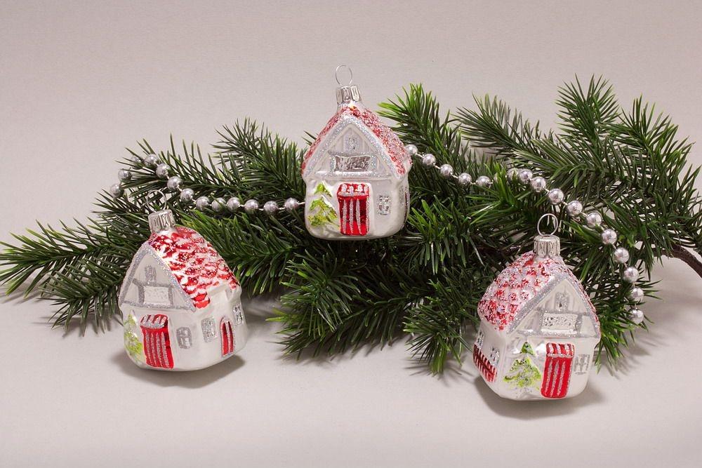 3 h uschen aus glas wei mit rot christbaumkugeln christbaumschmuck und weihnachtskugeln aus glas. Black Bedroom Furniture Sets. Home Design Ideas