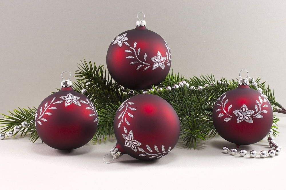 4 Weihnachtsugeln 8cm - dunkelrot matt mit Blumenranke