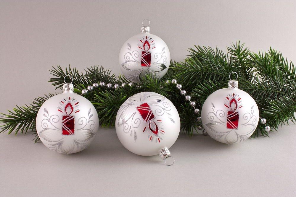 4 Weihnachtskugeln 8cm Weiß matt mit roter Kerze