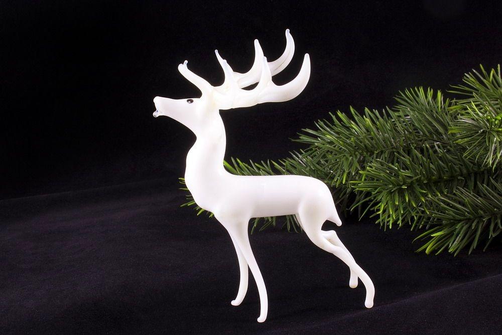 Weißer Hirsch stehend