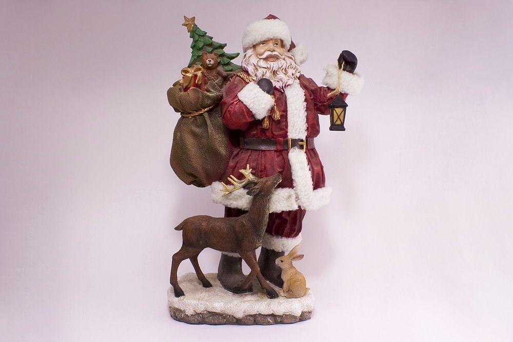 Riesiger Weihnachtsmann mit Hirsch und Hase handbemalt