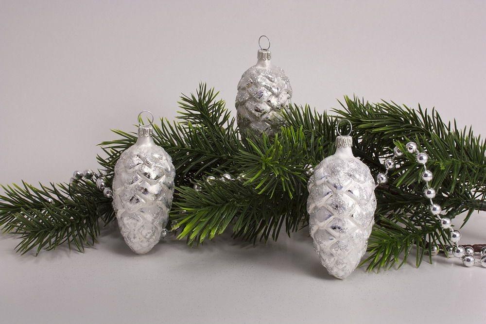 3 Tannenzapfen 6cm Eisweiss Mit Silber Christbaumkugeln