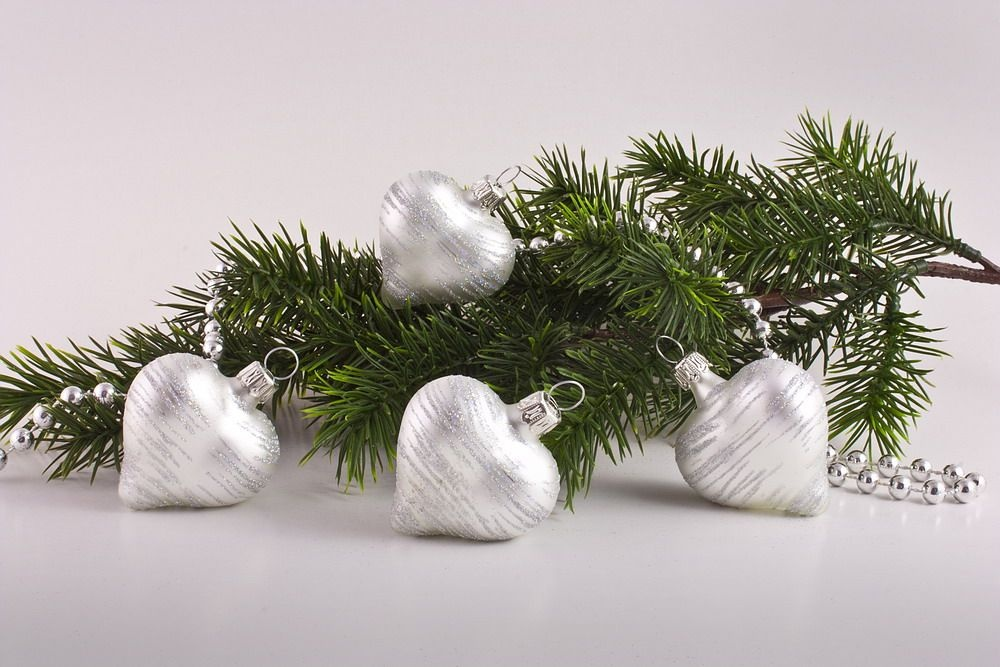 handgefertigte weihnachtsbaumkugeln im edlen wei mit irisierendem glimmer christbaumkugeln. Black Bedroom Furniture Sets. Home Design Ideas