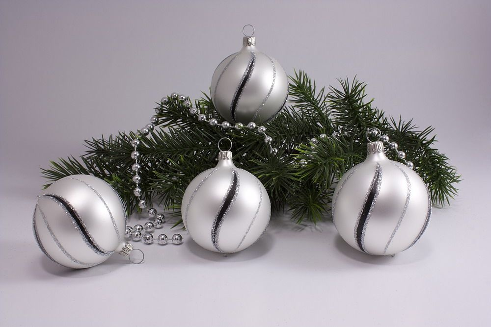 4 Kugeln weiße Weihnachtskugeln 8cm matt schwarz gst