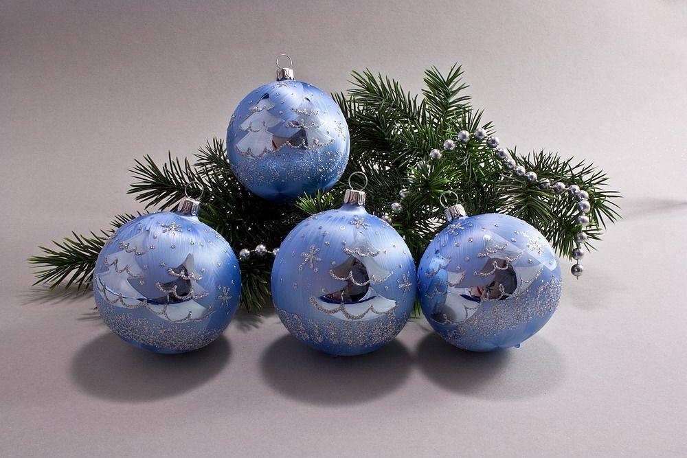 4 große Weihnachtskugeln 10cm Eis-hellblau silberne Tanne