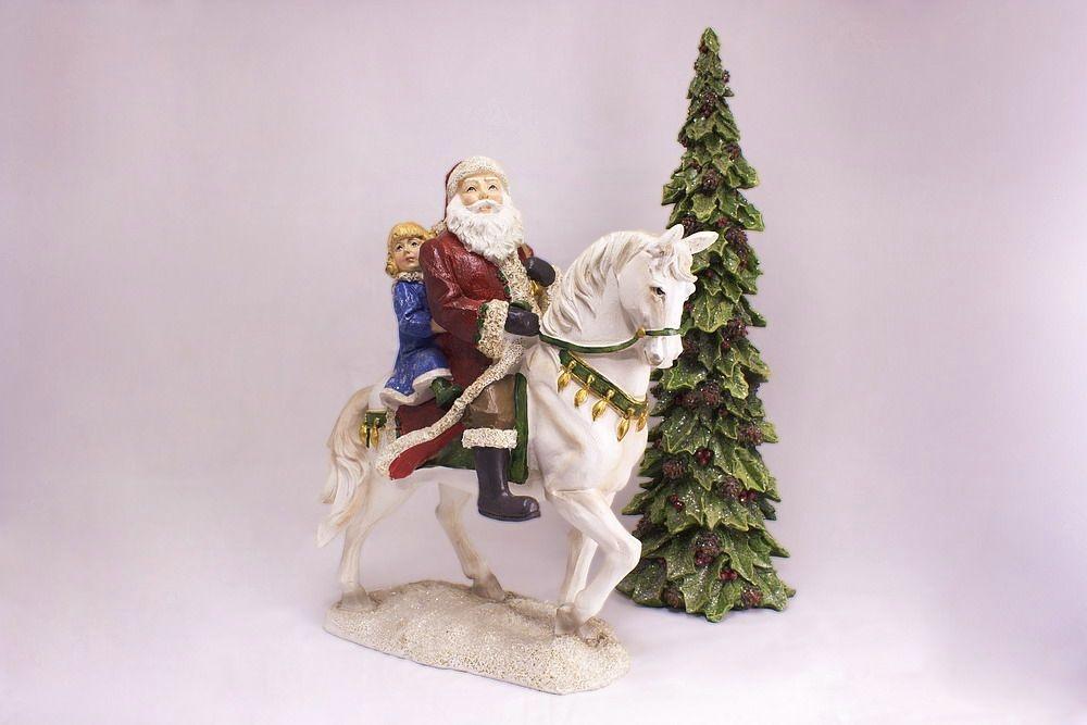 Stattlicher Weihnachtsmann auf weißem Ross im Set handbemalt