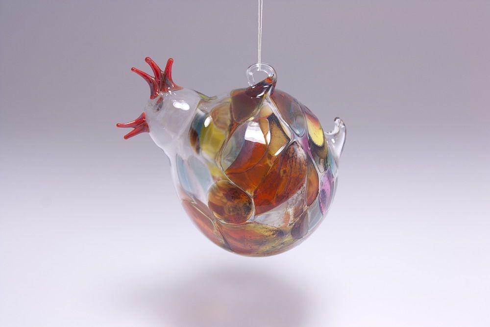 buntes Huhn aus Glas für den Osterstrauß