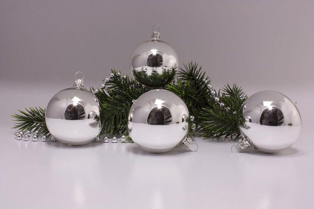 4 große Weihnachtskugeln 10cm in silber Glanz uni