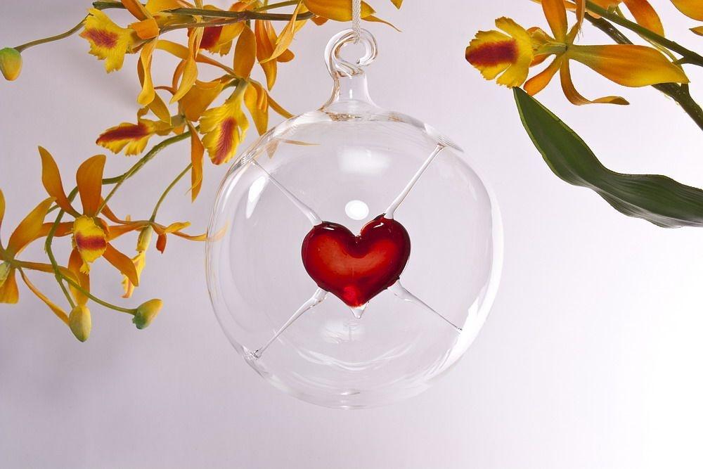 Glaskugel mit rotem Herz zum Muttertag o. Valentinstag