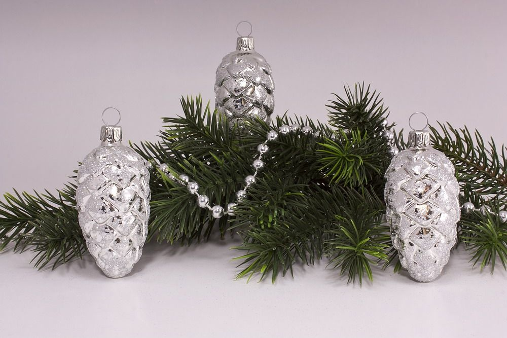 3 Tannenzapfen ca. 6cm mit silbernem Glitter