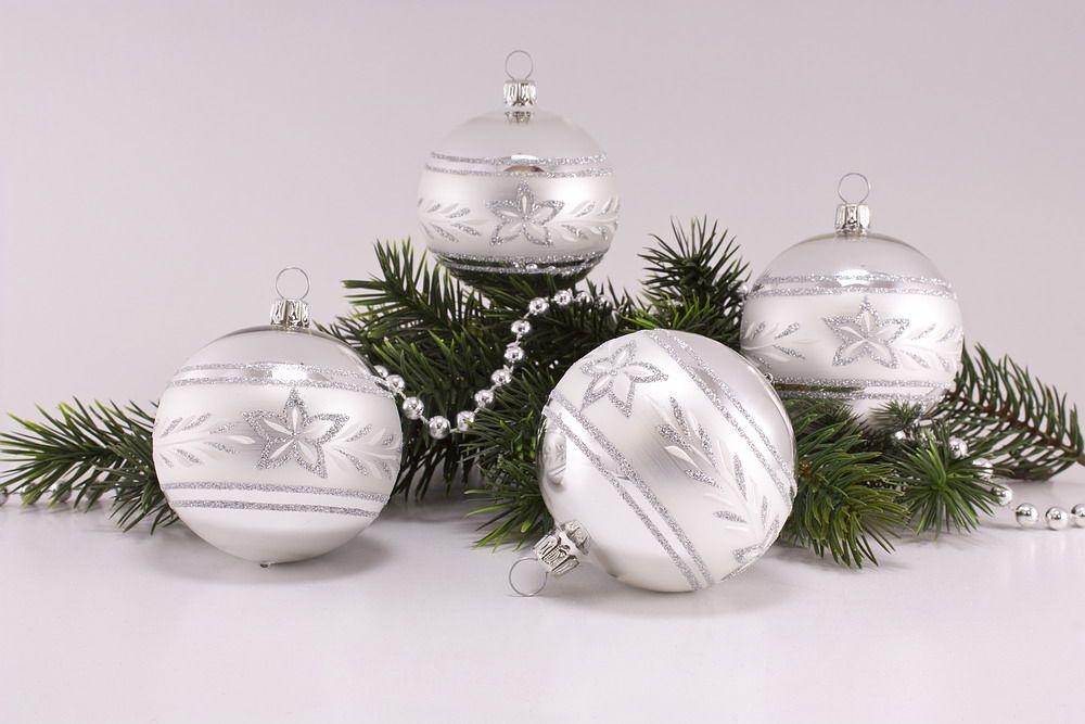 4 große Weihnachtskugeln 10cm Silber Glanz mattes Band