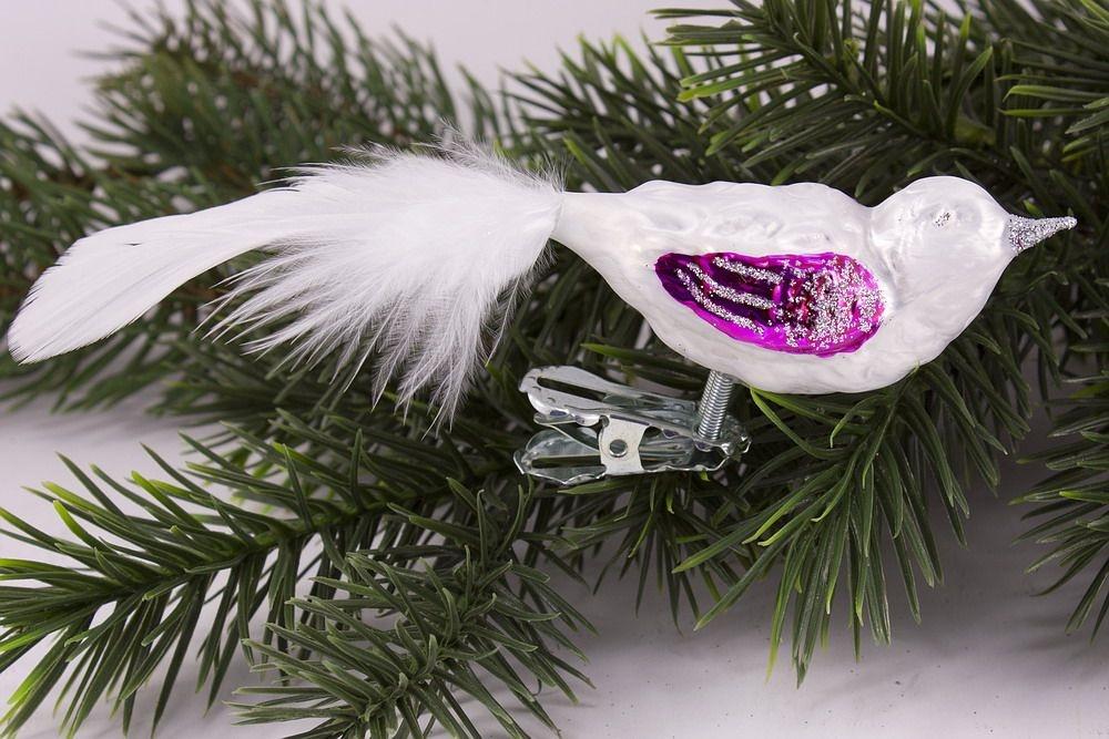kleiner Vogel Eisweiß magenta mit weißer Feder
