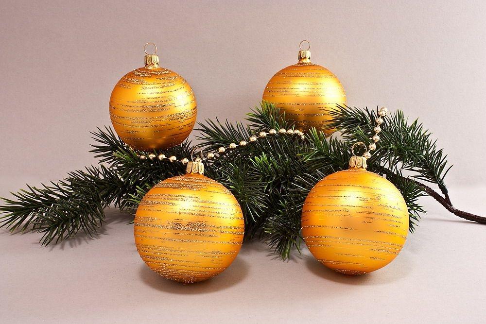 4 Weihnachtskugeln 8cm Gold matt geringelt