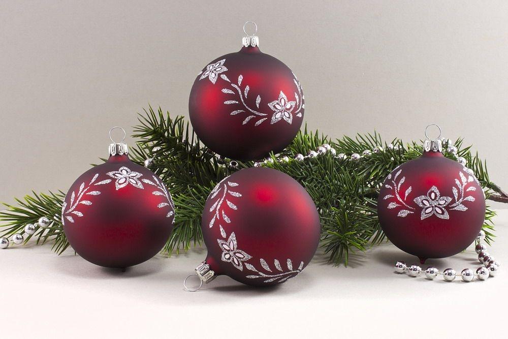 4 Weihnachtsugeln 10cm - dunkelrot matt mit Blumenranke
