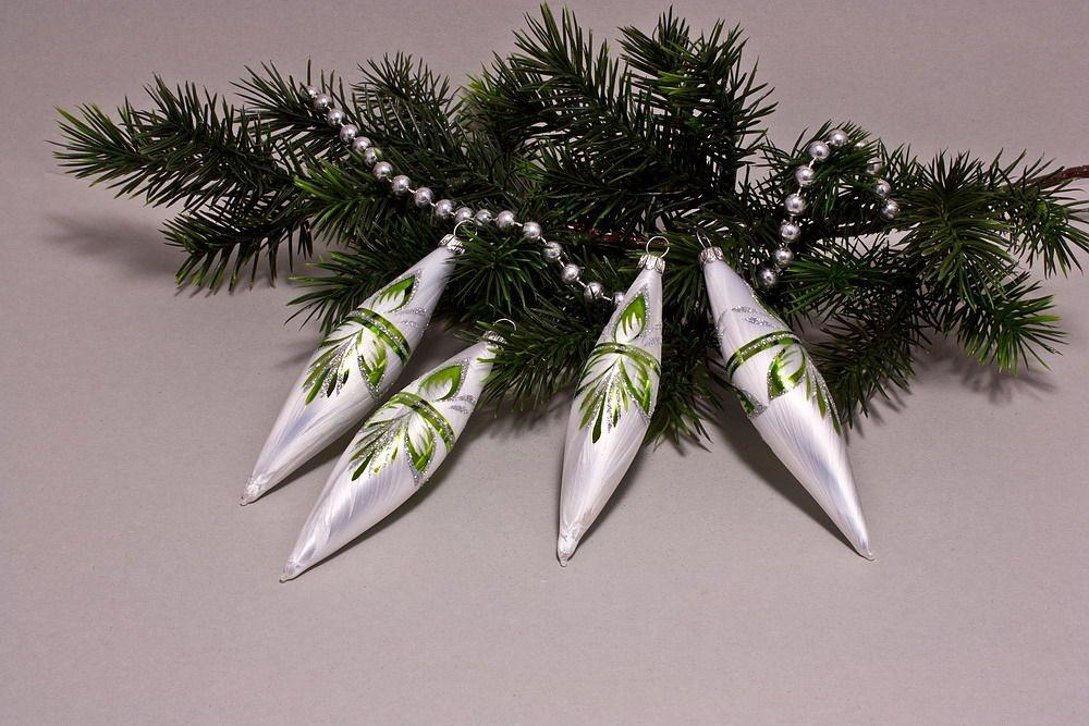 4 Oliven Eisweiß mit grün halbes Blatt
