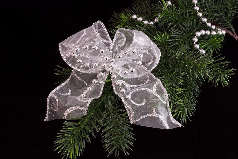 Weihnachtsschleife silbern mit Perlen doppelt gebunden