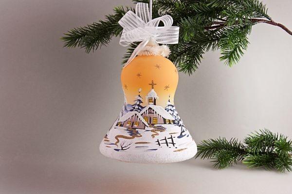 beleuchtete Glocke mit Winterlandschaft in orange
