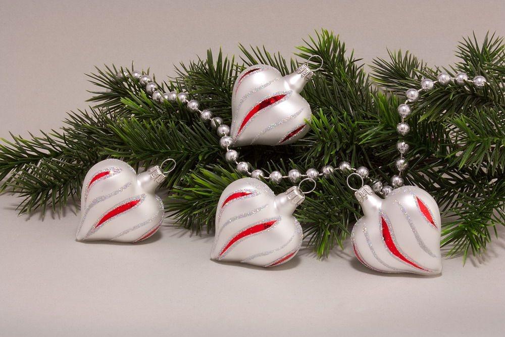 4 Herzen Weiß matt rot geschwungene Streifen