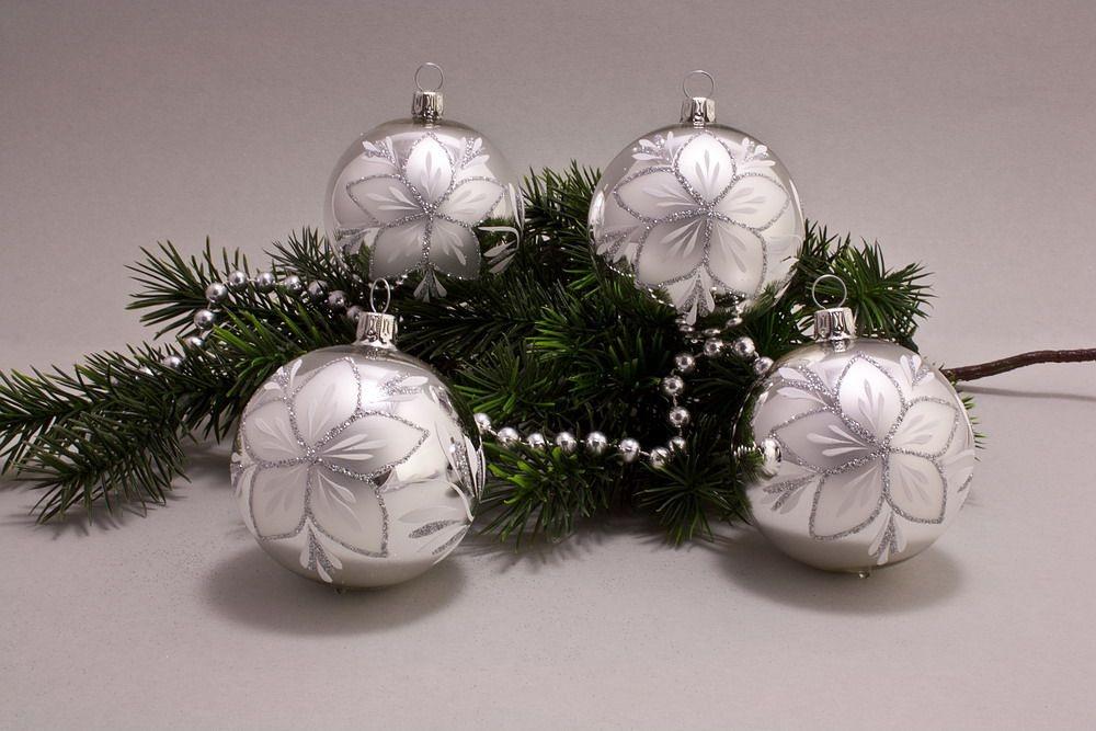 4 große Weihnachtskugeln 10cm Silber Glanz mit Christrose