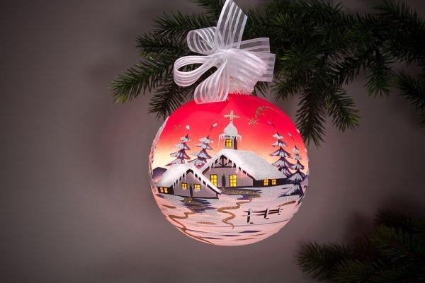 beleuchtete Weihnachtskugel 15 cm Winterlandschaft rot