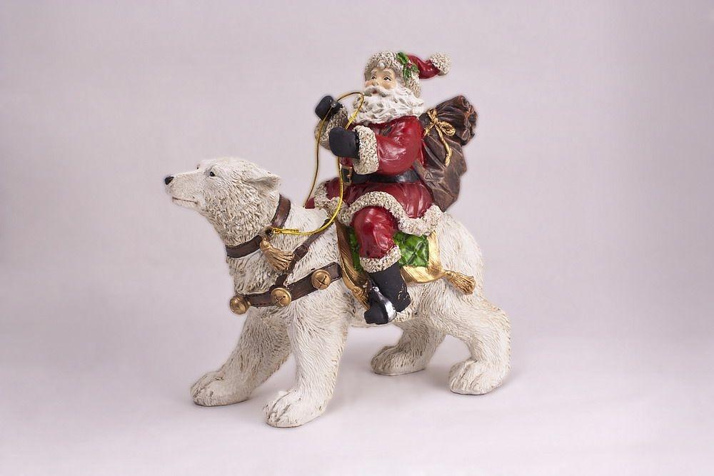 Imposanter Weihnachtsmann auf einem Eisbär handbemalt
