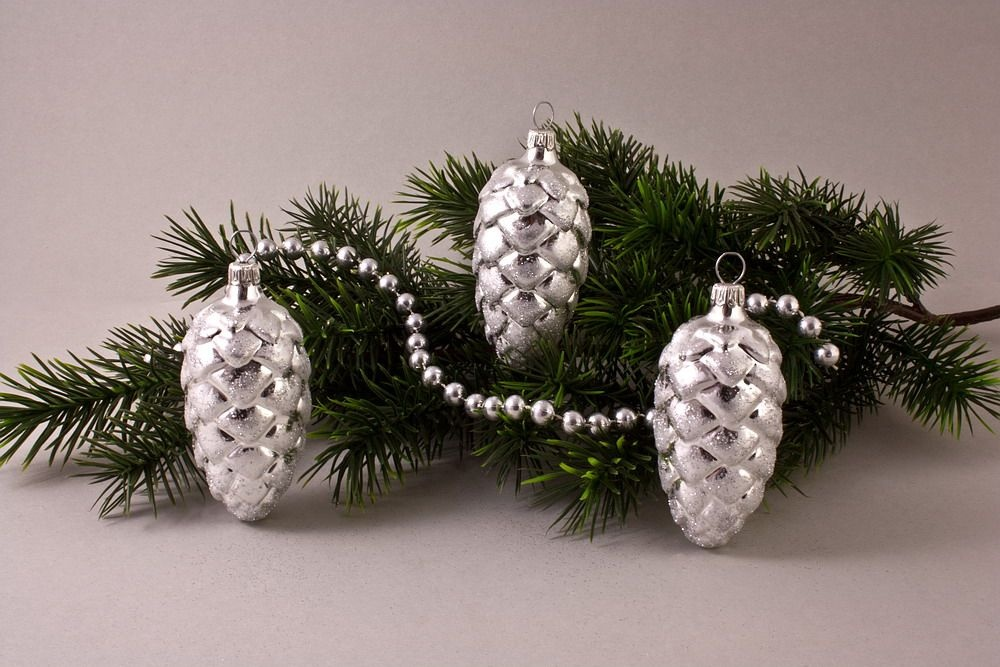 3 Tannenzapfen 6 cm mit Silberglitter
