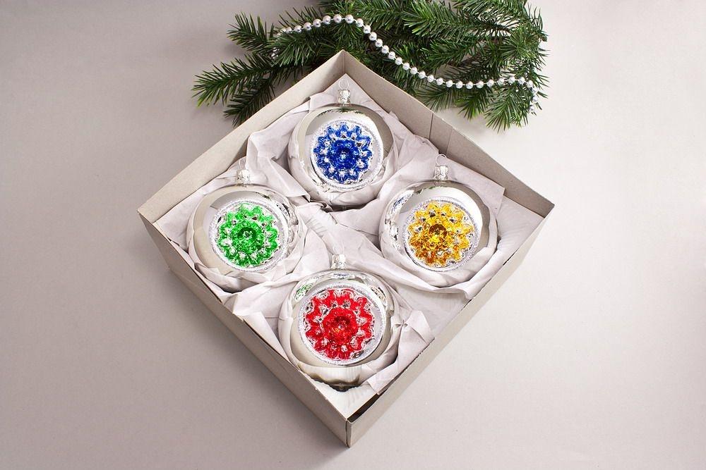 4 reflexkugeln 10cm silber farbig christbaumkugeln christbaumschmuck und weihnachtskugeln aus. Black Bedroom Furniture Sets. Home Design Ideas
