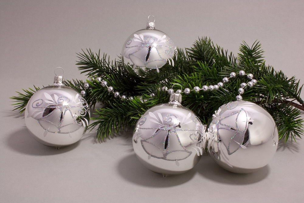 4 Kugeln 8cm Silber Glanz mit Glöckchen und Iris-Glitter